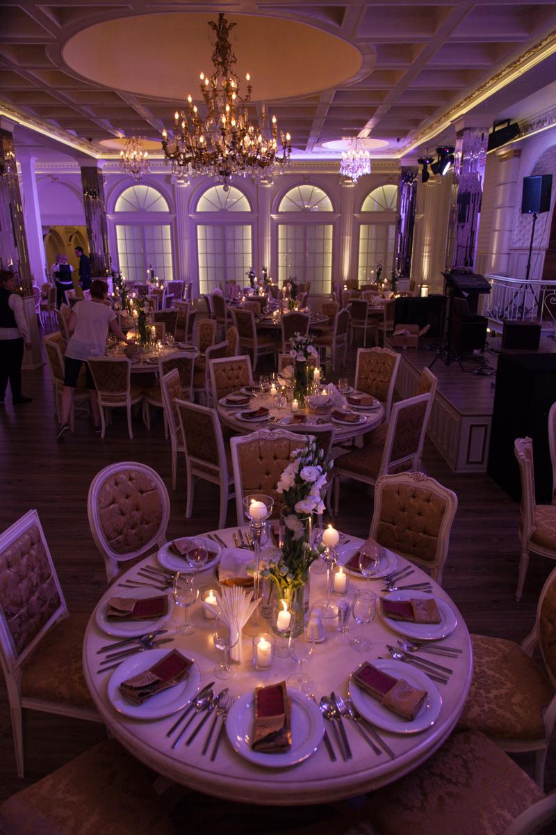 Poza, foto cu Flori de nunta alb, decor masa, decor sala, hortensia, lalele, lisianthus, lumanare, vila carol in Arad, Timisoara, Oradea (wedding flowers, bouquets) nunta Arad, Timisoara, Oradea