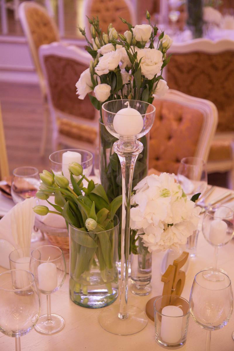 Poza, foto cu Flori de nunta alb, decor masa, hortensia, lalele, lisianthus, lumanare, vila carol in Arad, Timisoara, Oradea (wedding flowers, bouquets) nunta Arad, Timisoara, Oradea