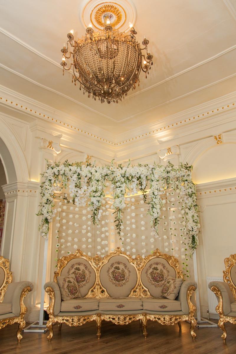 Poza, foto cu Flori de nunta alb, decor colt photo, perdea flori, vila carol in Arad, Timisoara, Oradea (wedding flowers, bouquets) nunta Arad, Timisoara, Oradea