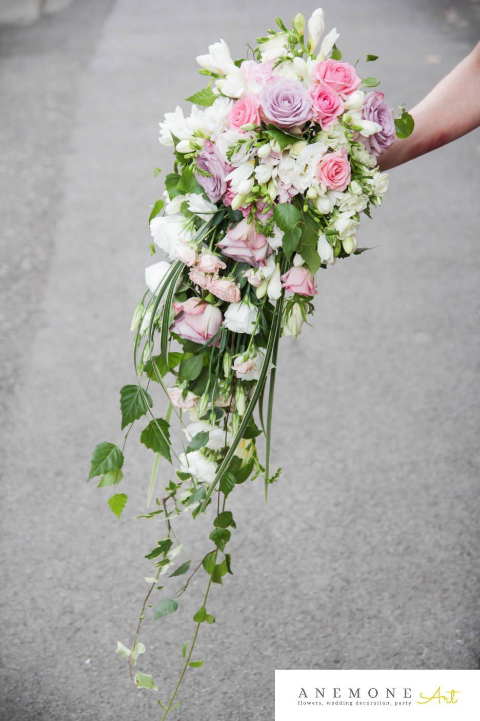 Poza, foto cu Flori de nunta alb, buchet mireasa, curgator, frezii, lisianthus, mini-rosa, mov, roz, trandafiri in Arad, Timisoara, Oradea (wedding flowers, bouquets) nunta Arad, Timisoara, Oradea