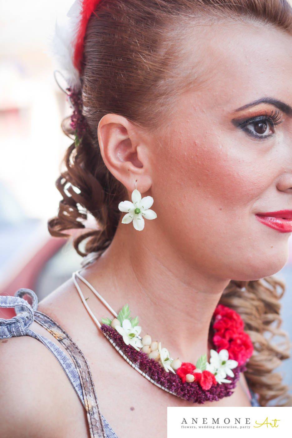 Poza, foto cu Flori de nunta alb, aranjament par, cercei, colier, ornitogallum, pene, rosu, visiniu in Arad, Timisoara, Oradea (wedding flowers, bouquets) nunta Arad, Timisoara, Oradea