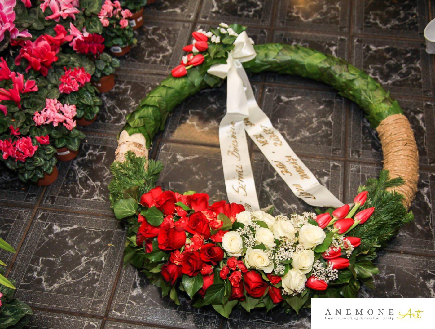 Poza, foto cu Flori de nunta alb, coroana funerara, gipsofila, lalele, mini-rosa, rosu, rotund, trandafiri in Arad, Timisoara, Oradea (wedding flowers, bouquets) nunta Arad, Timisoara, Oradea