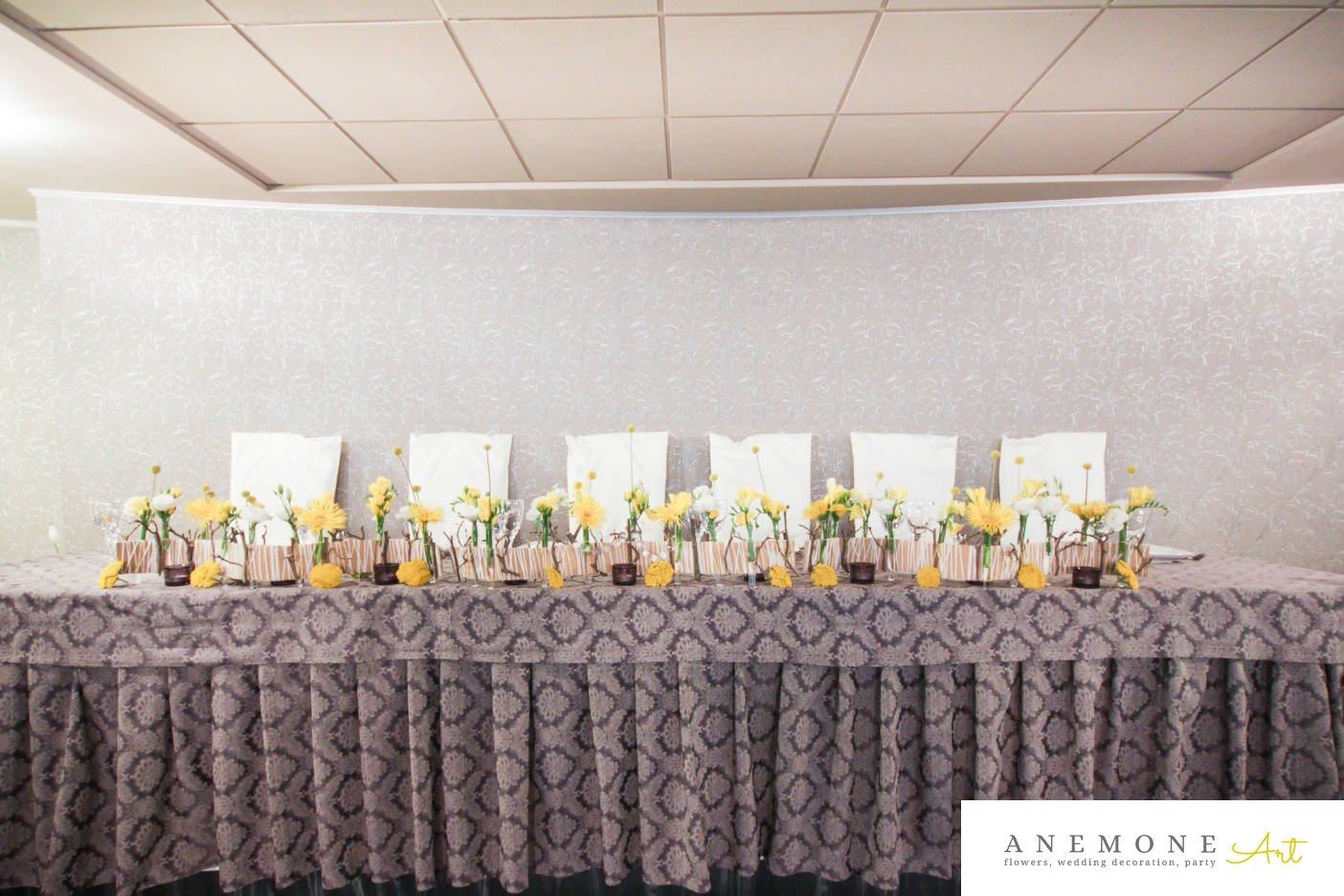 Poza, foto cu Flori de nunta alb, craspedia, crengi, frezii, galben, lisianthus, mini-gerbera, mini-rosa, prezidiu in Arad, Timisoara, Oradea (wedding flowers, bouquets) nunta Arad, Timisoara, Oradea