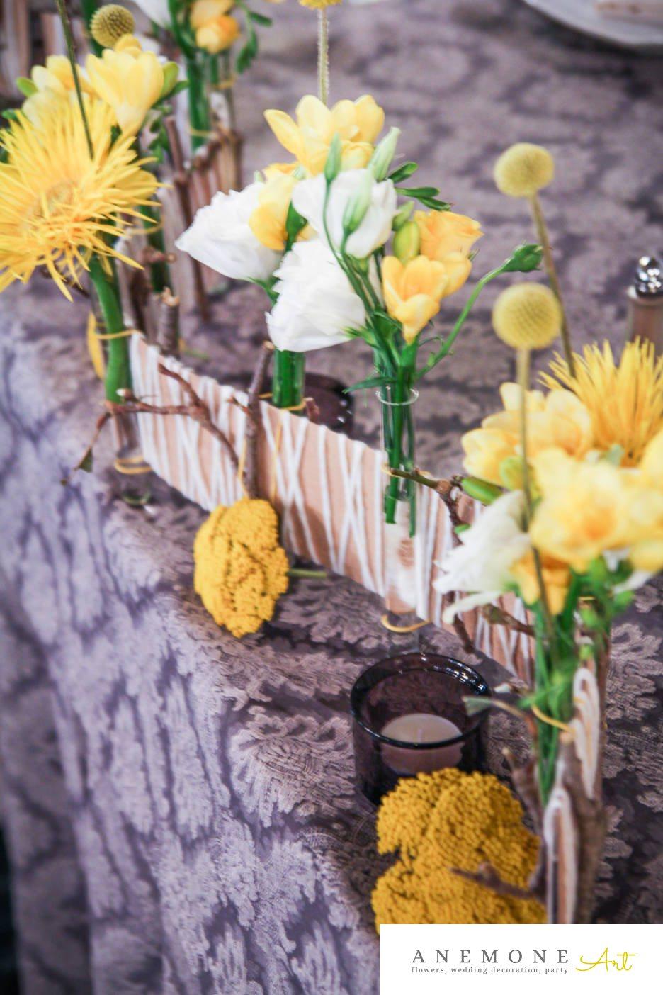 Poza, foto cu Flori de nunta alb, craspedia, crengi, decor masa, frezii, galben, lisianthus, mini-gerbera, mini-rosa in Arad, Timisoara, Oradea (wedding flowers, bouquets) nunta Arad, Timisoara, Oradea