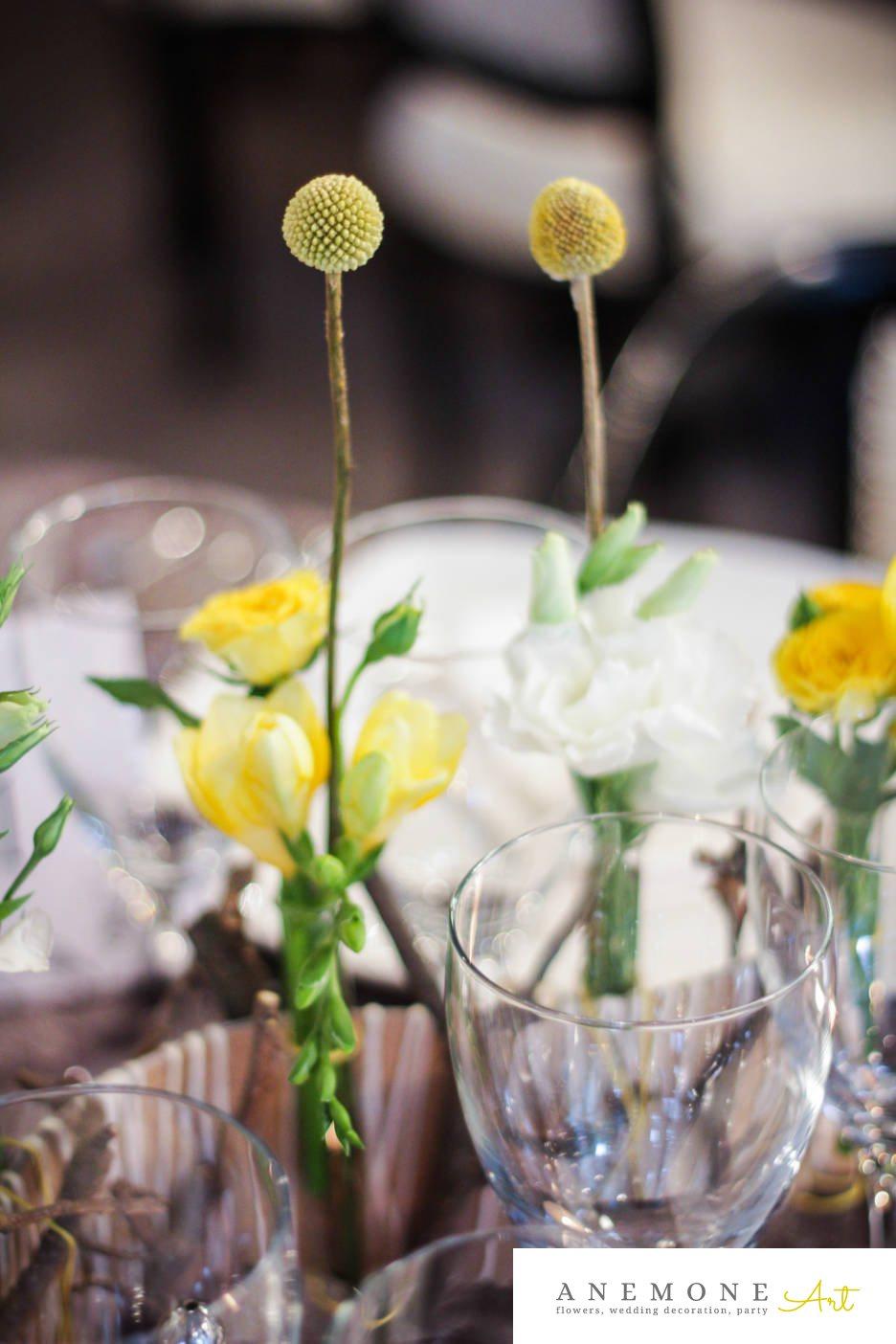 Poza, foto cu Flori de nunta alb, craspedia, decor masa, frezii, galben, lisianthus, mini-rosa in Arad, Timisoara, Oradea (wedding flowers, bouquets) nunta Arad, Timisoara, Oradea