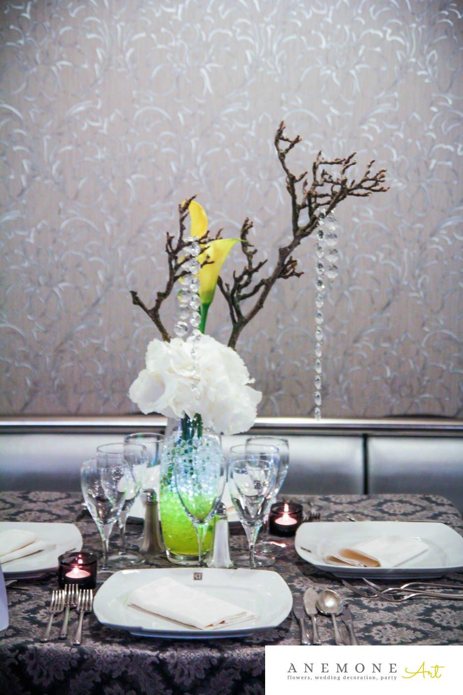 Poza, foto cu Flori de nunta alb, calla, crengi, cristale, decor masa, galben, hortensia, lumanare in Arad, Timisoara, Oradea (wedding flowers, bouquets) nunta Arad, Timisoara, Oradea