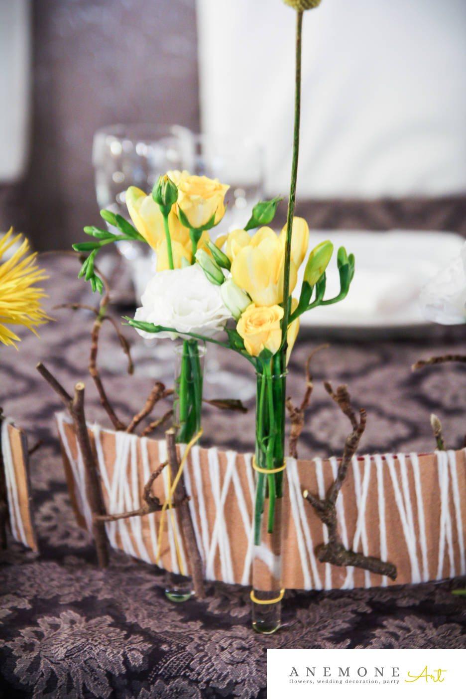 Poza, foto cu Flori de nunta craspedia, crengi, decor masa, frezii, galben, lisianthus, mini-rosa in Arad, Timisoara, Oradea (wedding flowers, bouquets) nunta Arad, Timisoara, Oradea