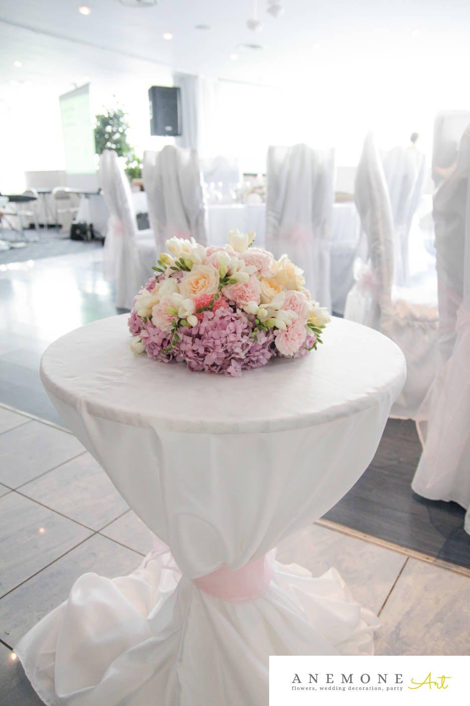 Poza, foto cu Flori de nunta alb, decor masa, frezii, garoafe, roz, trandafiri in Arad, Timisoara, Oradea (wedding flowers, bouquets) nunta Arad, Timisoara, Oradea