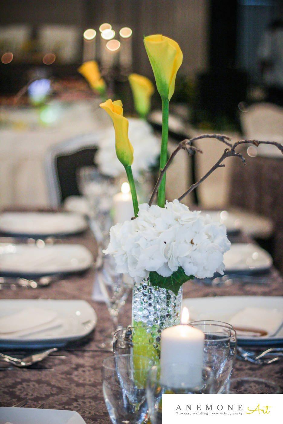 Poza, foto cu Flori de nunta alb, calla, crengi, decor masa, galben, hortensia, lumanare in Arad, Timisoara, Oradea (wedding flowers, bouquets) nunta Arad, Timisoara, Oradea