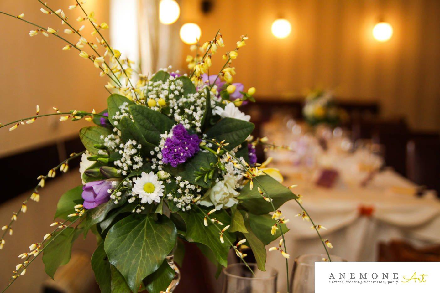 Poza, foto cu Flori de nunta alb, crizanteme, decor masa, frezii, gipsofila, mov, trandafiri in Arad, Timisoara, Oradea (wedding flowers, bouquets) nunta Arad, Timisoara, Oradea