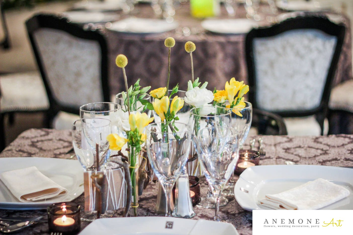 Poza, foto cu Flori de nunta craspedia, decor masa, frezii, galben, lisianthus in Arad, Timisoara, Oradea (wedding flowers, bouquets) nunta Arad, Timisoara, Oradea