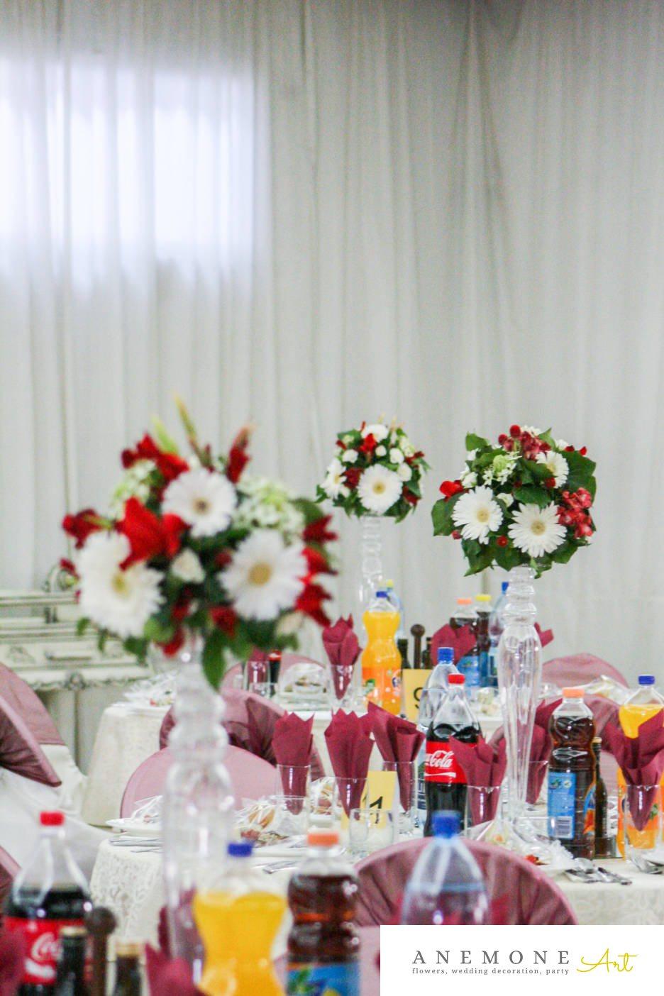 Poza, foto cu Flori de nunta alb, decor masa, lisianthus, mini-gerbera, mini-rosa, ornitogallum, rosu in Arad, Timisoara, Oradea (wedding flowers, bouquets) nunta Arad, Timisoara, Oradea