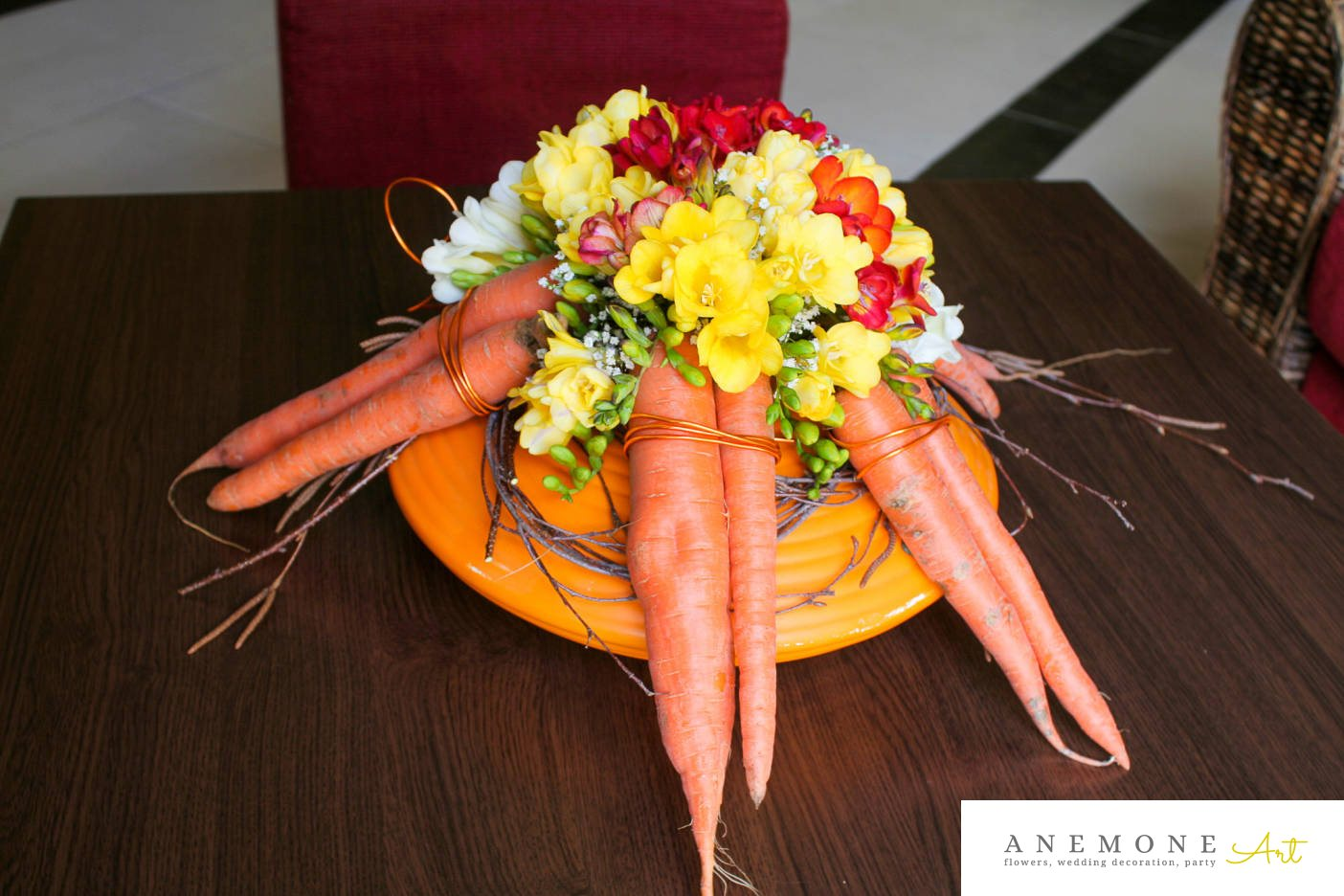 Poza, foto cu Flori de nunta decor masa, frezii, galben, gipsofila, morcovi, portocaliu, rosu in Arad, Timisoara, Oradea (wedding flowers, bouquets) nunta Arad, Timisoara, Oradea
