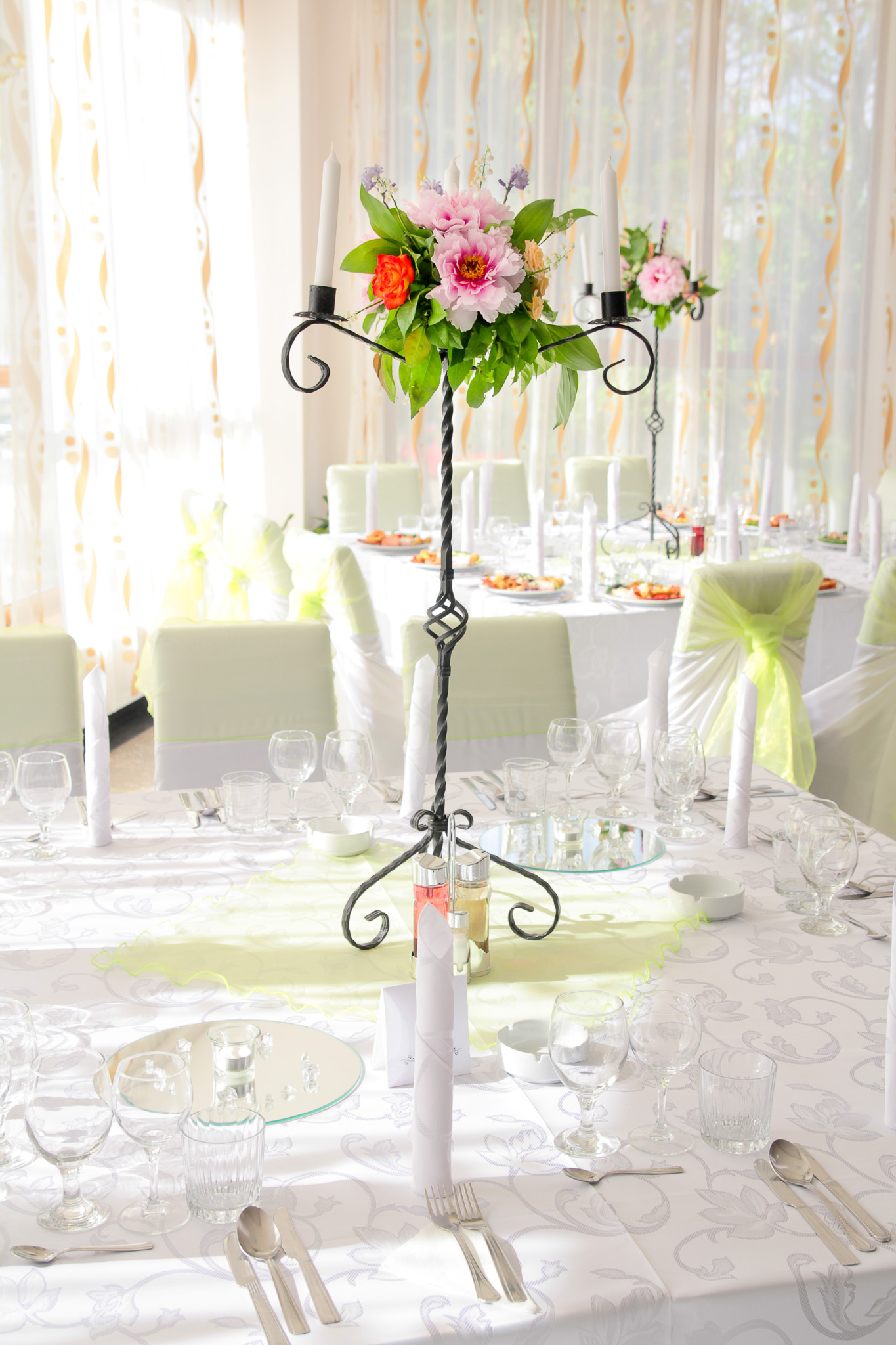 Decor Masa Roz Alb Bujor Lalele Trandafir Lacrimioare 4 Nunta