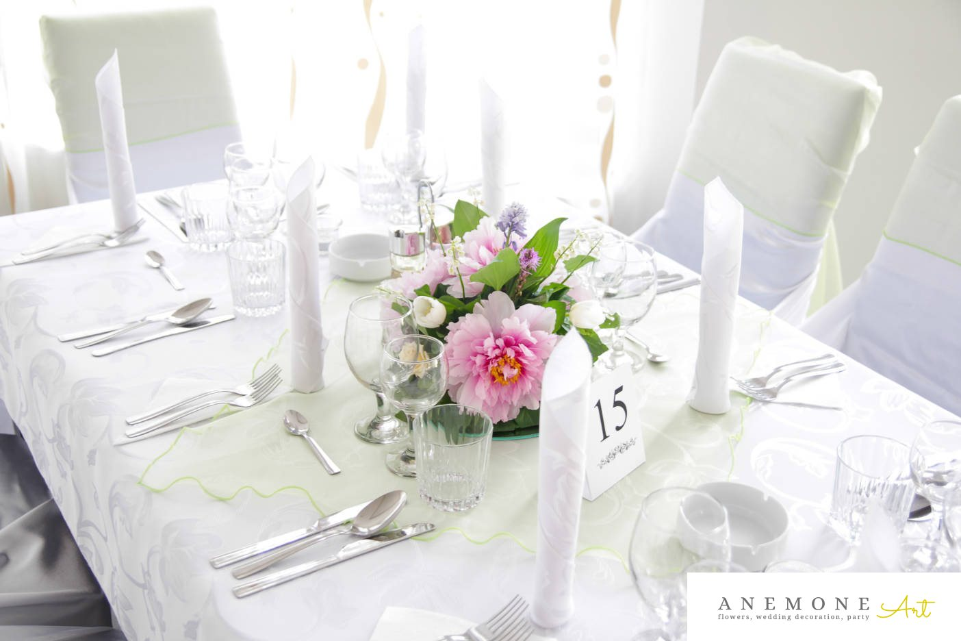Poza, foto cu Flori de nunta alb, bujori, decor masa, lacramioare, lalele, lumanare, roz, trandafiri in Arad, Timisoara, Oradea (wedding flowers, bouquets) nunta Arad, Timisoara, Oradea