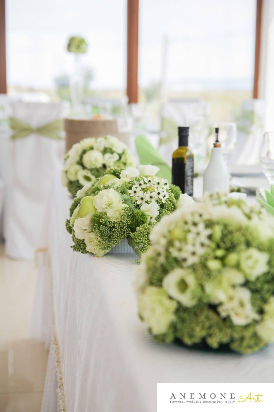 Poza, foto cu Flori de nunta alb, decor masa, garoafe, lisianthus, mere verzi, ornitogallum, sebum, trandafiri, verde in Arad, Timisoara, Oradea (wedding flowers, bouquets) nunta Arad, Timisoara, Oradea