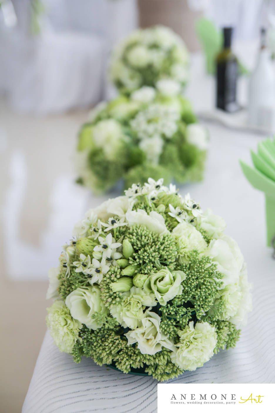 Poza, foto cu Flori de nunta alb, decor masa, garoafe, lisianthus, ornitogallum, sebum, trandafiri, verde in Arad, Timisoara, Oradea (wedding flowers, bouquets) nunta Arad, Timisoara, Oradea
