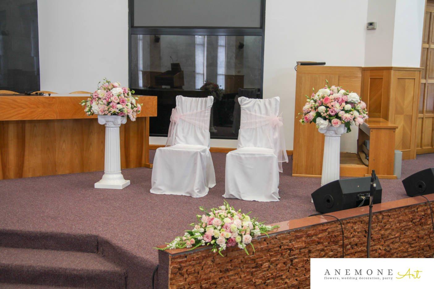 Poza, foto cu Flori de nunta alb, dalia, decor biserica, lisianthus, roz in Arad, Timisoara, Oradea (wedding flowers, bouquets) nunta Arad, Timisoara, Oradea