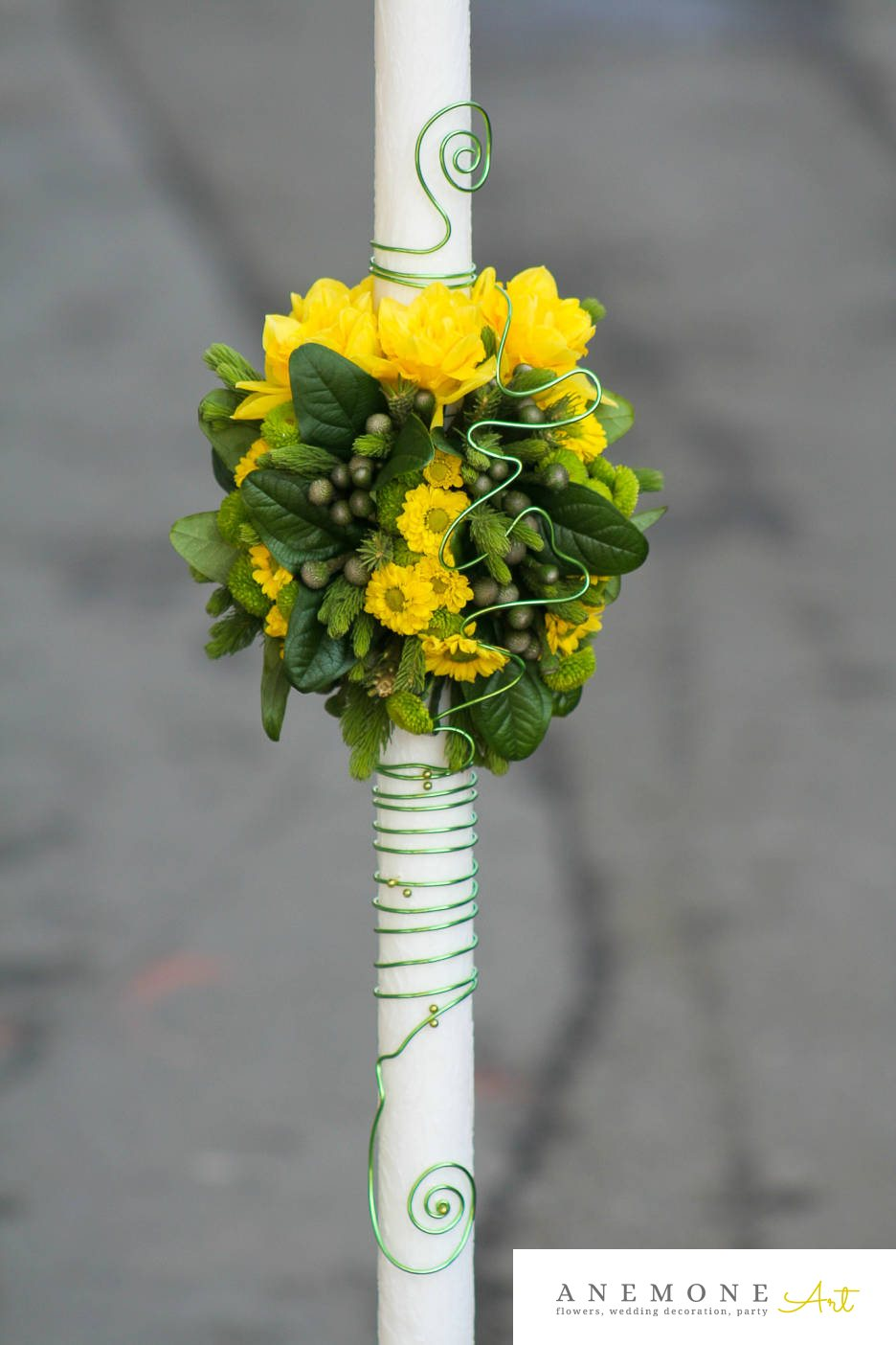 Poza, foto cu Flori de nunta crizanteme, galben, lumanare cununie, trandafiri, verde in Arad, Timisoara, Oradea (wedding flowers, bouquets) nunta Arad, Timisoara, Oradea