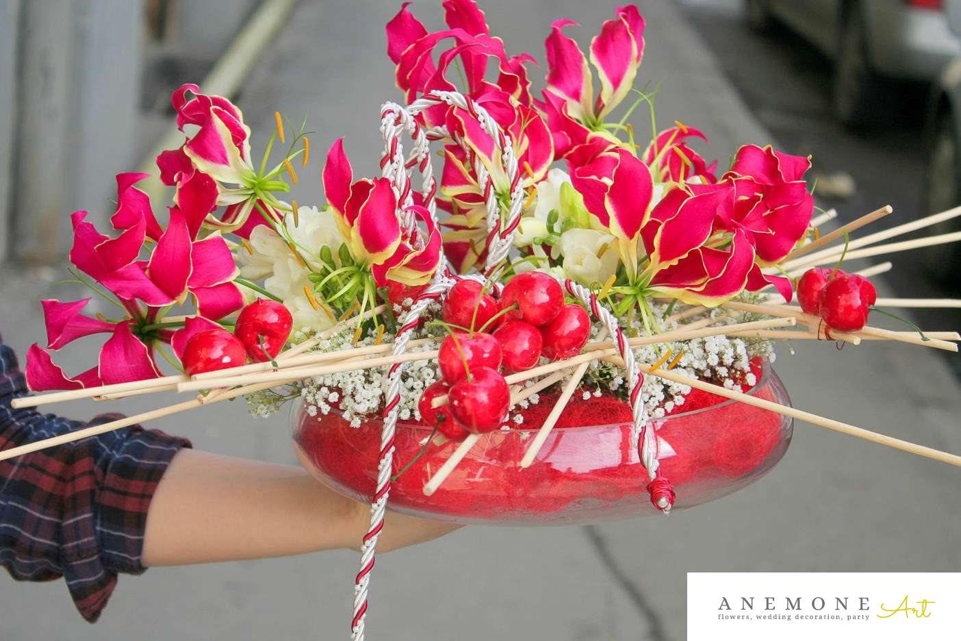 Poza, foto cu Flori de nunta alb, cirese, frezii, gipsofila, rosu, vaza in Arad, Timisoara, Oradea (wedding flowers, bouquets) nunta Arad, Timisoara, Oradea