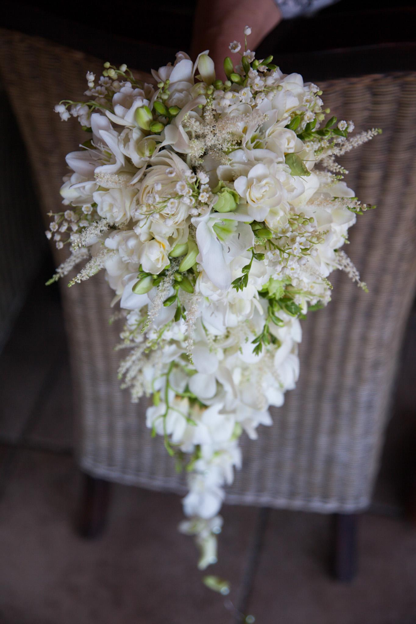 Buchet Curgator Alb Trandafiri Englezesti Orhidee Liziantus