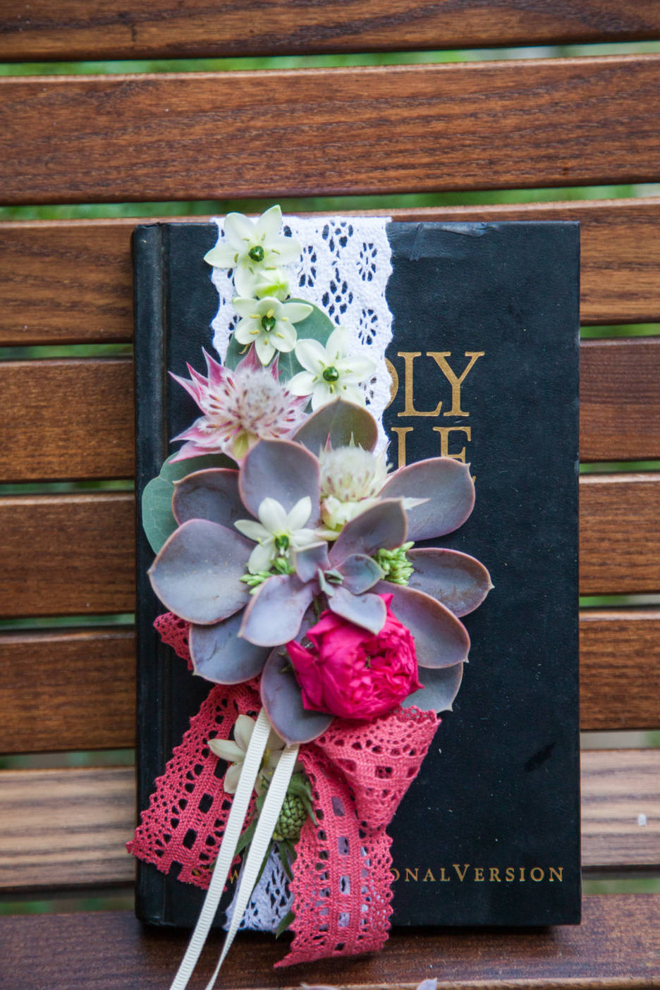Poza, foto cu Flori de nunta decor colt photo, pernita verighete in Arad, Timisoara, Oradea (wedding flowers, bouquets) nunta Arad